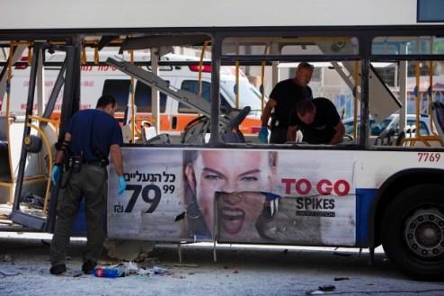 der-zerstoerte-bus-im-zentrum